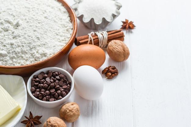 Ingredientes para panificação. seleção de biscoitos ou muffins com gotas de chocolate, foco seletivo.
