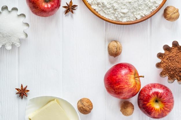 Ingredientes para panificação. seleção para torta de outono ou muffins com maçãs e canela, camada plana.