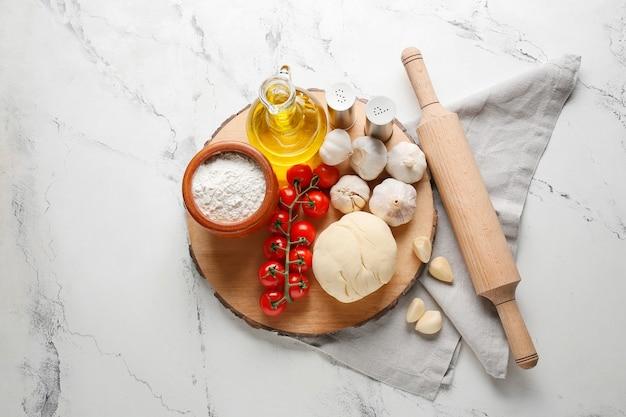 Ingredientes para pizza em superfície leve