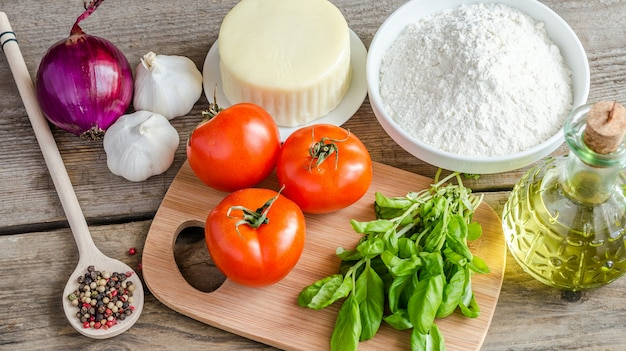 Ingredientes para pizza na mesa de madeira