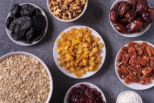 Ingredientes para preparar bolas de energia orgânica saudável