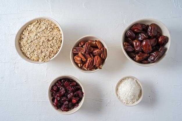 Ingredientes para preparar bolas de energia orgânicas saudáveis- datas