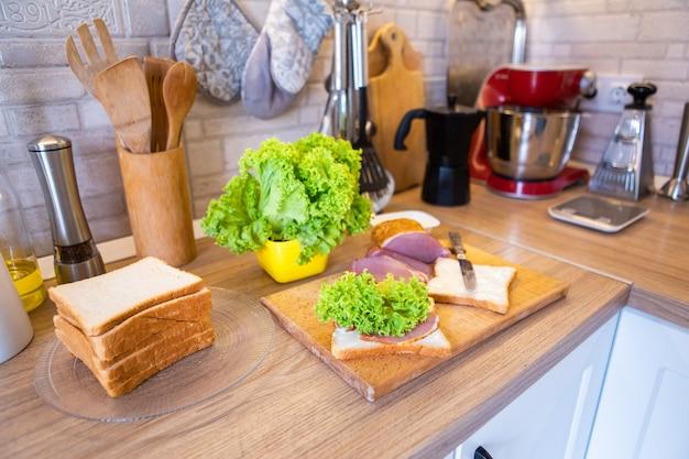 Ingredientes para preparar sanduíches fechem o espaço da cópia