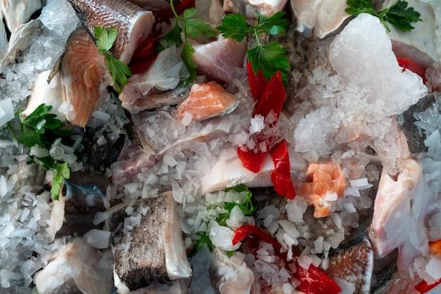 Ingredientes para preparar uma caldeirada - peixe fresco à venda.