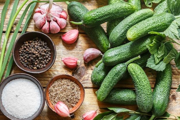Ingredientes para preservação em uma mesa de madeira velha