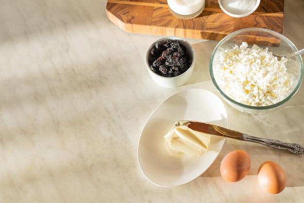 Ingredientes para pudim de coalhada na mesa da cozinha