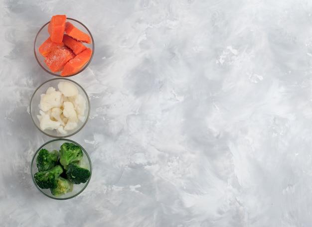 Ingredientes para purê de legumes em fundo cinza