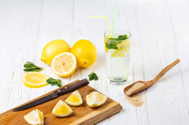 Ingredientes para refrescante limonada de hortelã cítrica