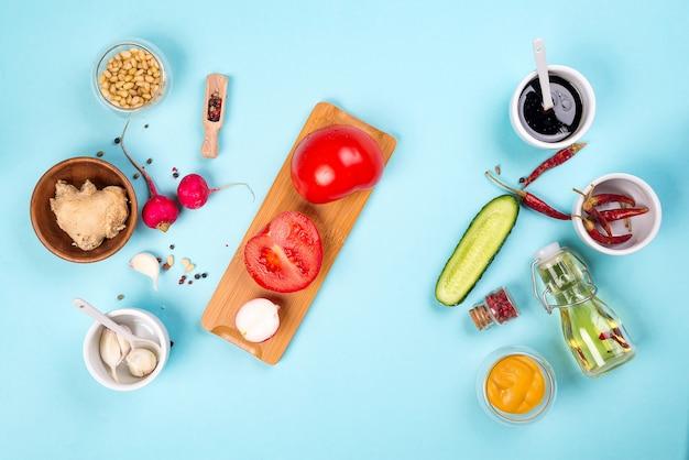 Ingredientes para salada com legumes frescos, gengibre, nozes, especiarias