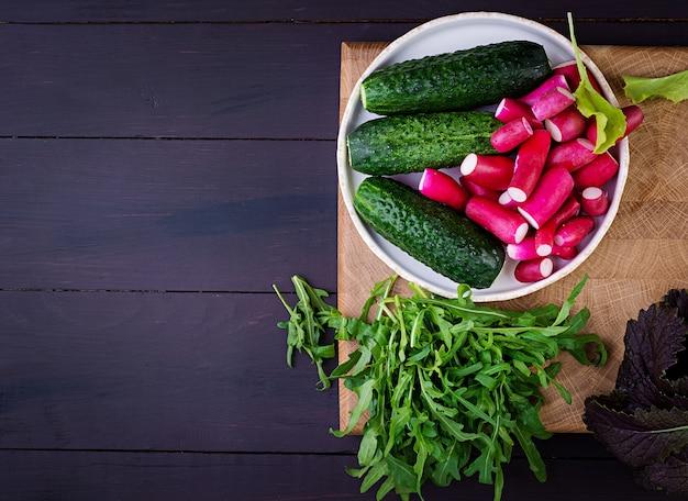 Ingredientes para salada fresca de pepino, rabanete e ervas