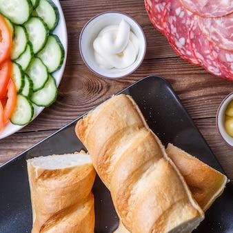 Ingredientes para sanduíche com salsicha