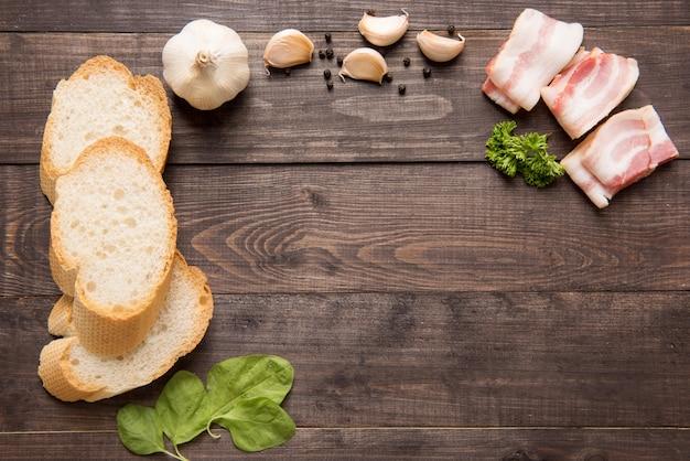 Ingredientes para sanduíche no fundo de madeira