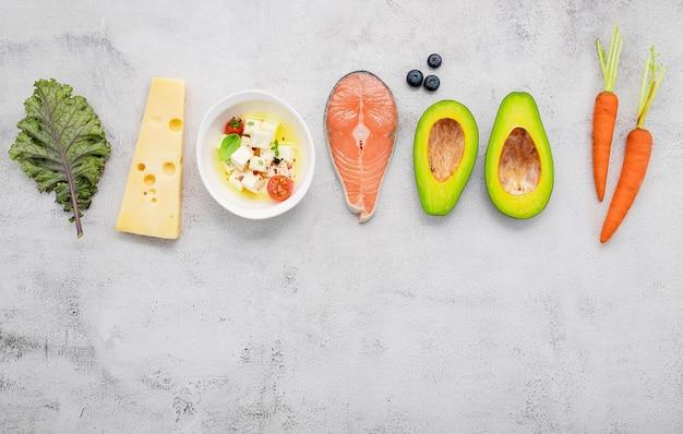 Ingredientes para seleção de alimentos saudáveis configurados em fundo branco de concreto