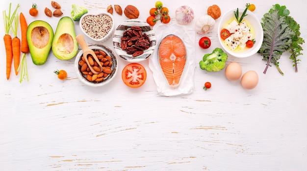 Ingredientes para seleção de alimentos saudáveis configurados em fundo branco de madeira