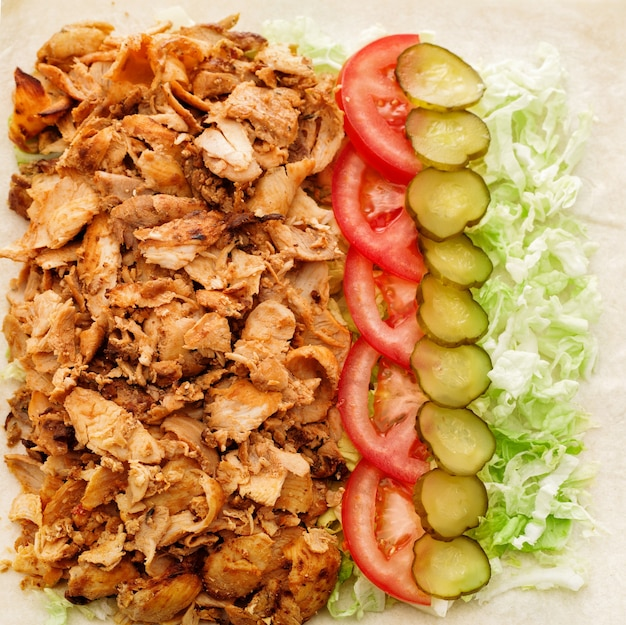 Ingredientes para shawarma no pão pita. kebab de cordeiro.