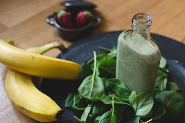 Ingredientes para smoothie de banana verde espinafre