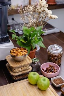 Ingredientes para sobremesa saudável, pudins de chia na cozinha, mesa de madeira
