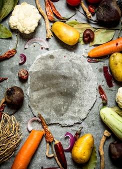 Ingredientes para sopa com prato na mesa de pedra do meio.