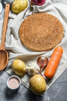 Ingredientes para sopa, legumes e especiarias. o conceito de cozinhar sopa. vista do topo. espaço para texto.