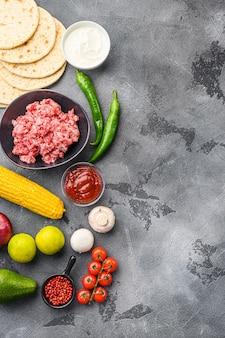 Ingredientes para tacos mexicanos de carne bovina, tortilhas de milho, pimenta, abacate, carne