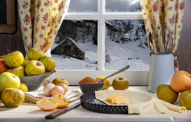 Ingredientes para torta de maçã, maçãs, ovos, massa