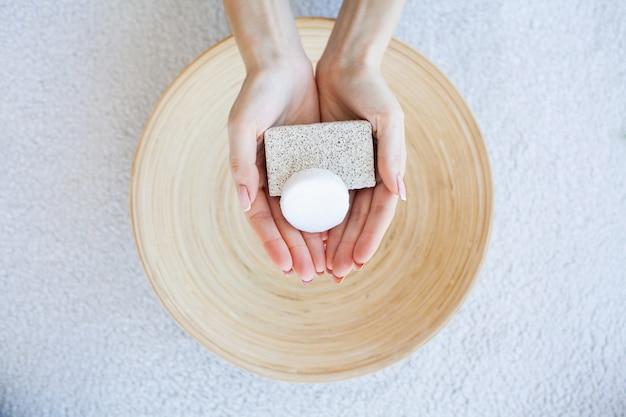 Ingredientes para tratamentos de spa sabonete em branco