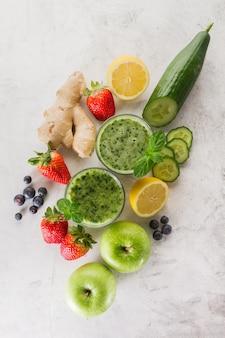 Ingredientes para um delicioso smoothie verde fresco
