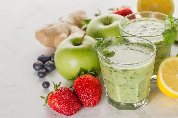 Ingredientes para um refrescante smoothie verde