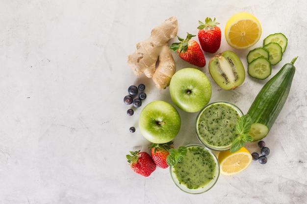 Ingredientes para um smoothie verde fresco