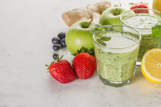 Ingredientes para um smoothie verde natural