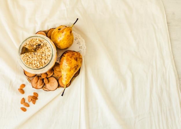 Ingredientes para um vegetariano saudável crumble com maçãs e pêras