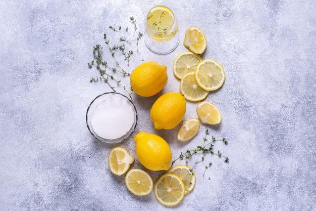 Ingredientes para uma limonada refrescante, vista de cima.