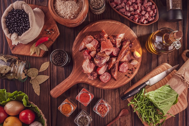 Ingredientes para uma típica feijoada de refeição brasileira