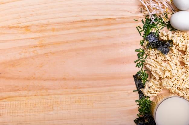 Ingredientes planos leigos para sopa de ramen com espaço de cópia