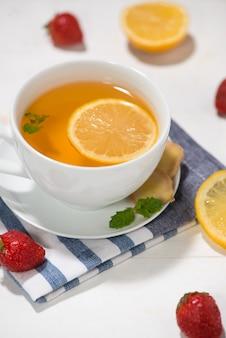 Ingredientes saudáveis do chá de gengibre em uma mesa de madeira