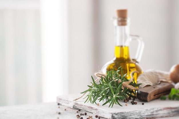 Ingredientes saudáveis em uma mesa de cozinha - espaguete, azeite, t