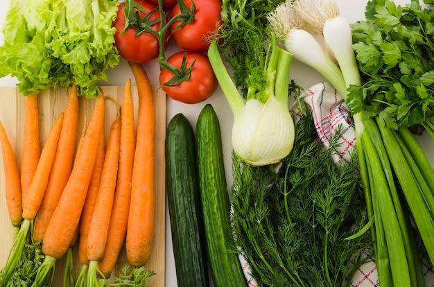 Ingredientes saudáveis incluídos em uma salada