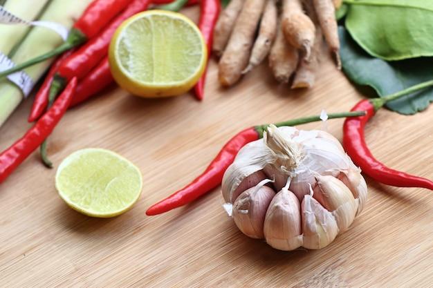 Ingredientes vegetais para sopa picante - comida de tailândia