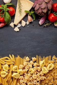 Ingridients orgânicos frescos de receitas italianas. conceito de comida saudável