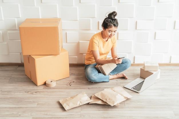 Inicialização pequena empresa empreendedor sme mulher freelance trabalhar com telefone inteligente
