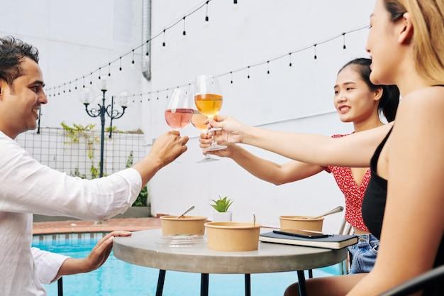 Iniciantes brindando com taças de vinho
