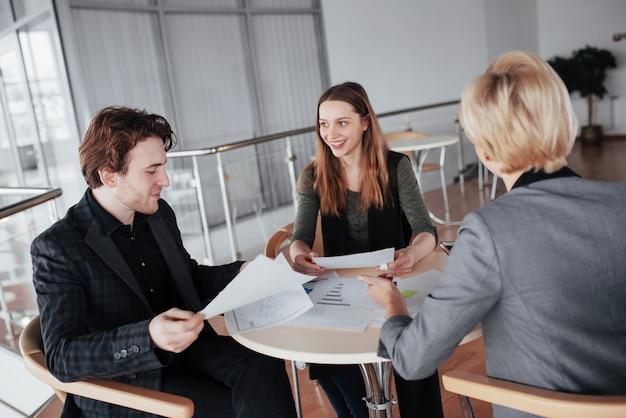 Iniciar negócios. grupo de jovem arquiteto no escritório. trabalho em equipe