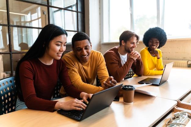 Inicie a equipe de negócios no escritório. funcionários trabalhando em um novo projeto