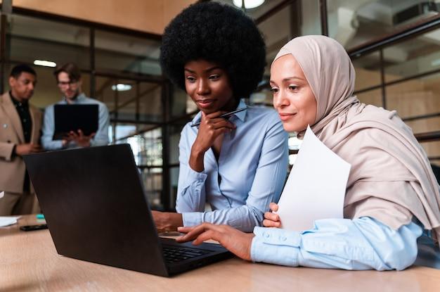 Inicie a equipe de negócios no escritório. grupo multiétnico trabalhando junto em um novo projeto na sala de conferências