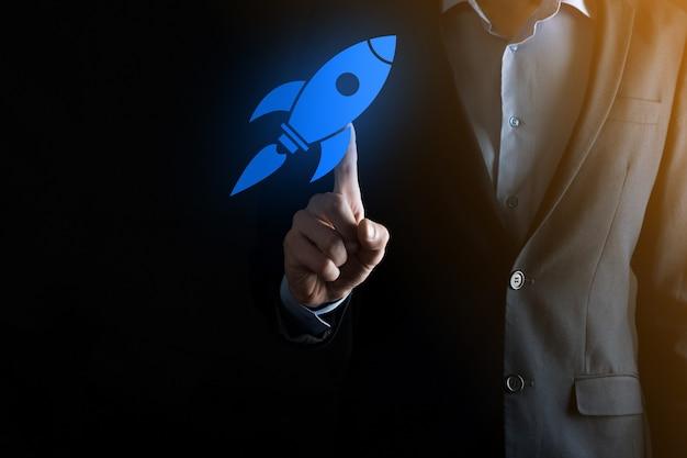 Inicie o conceito com o empresário segurando o ícone do foguete digital abstrato que o foguete está lançando e voar alto.