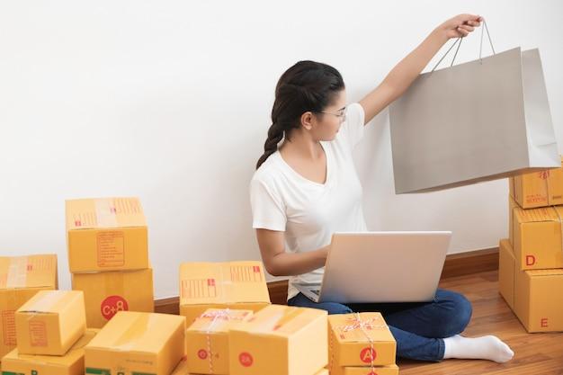 Inicie o empreendedor de pequenas empresas sme, estilo de vida de nova geração de jovem empreendedor usando o laptop para negócios on-line