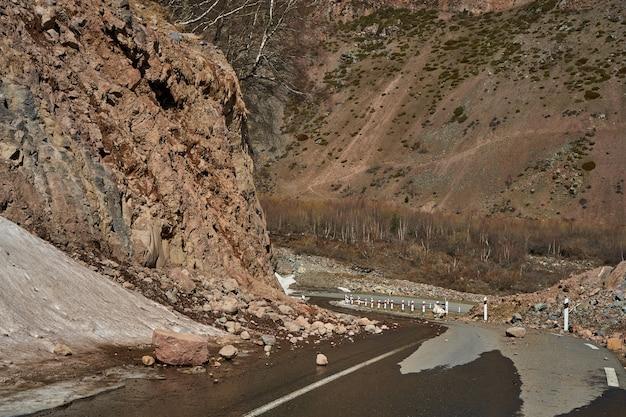 Início da primavera nas montanhas. as pedras caíram na estrada. estrada de clarim perigosa. queda de rochas nas montanhas