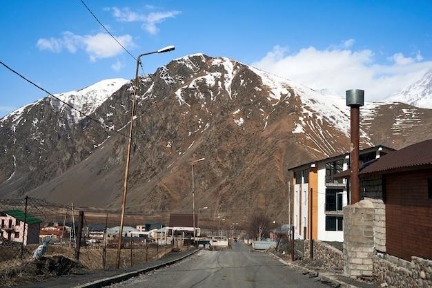 Início da primavera nas montanhas. viaje de carro na geórgia. paisagem incrível com penhascos de montanha