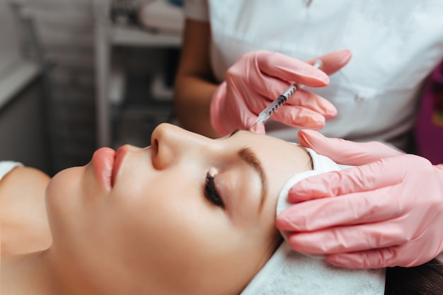 Injeções na testa cosmetologia contorno facial