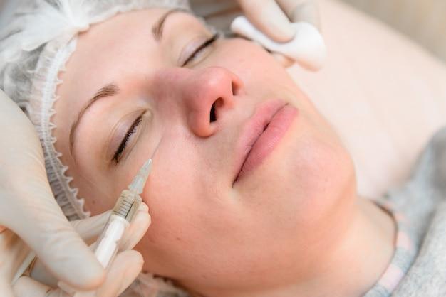 Injeções para rejuvenescimento em cosmetologia.